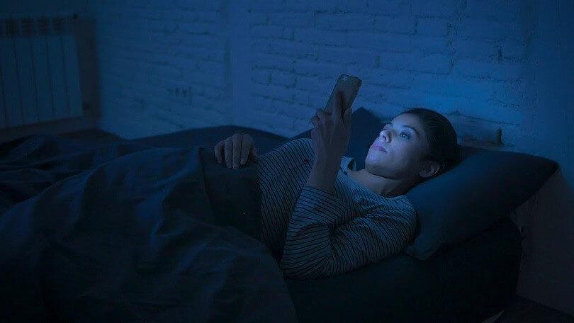 Lướt điện thoại ban đêm gây khó ngủ